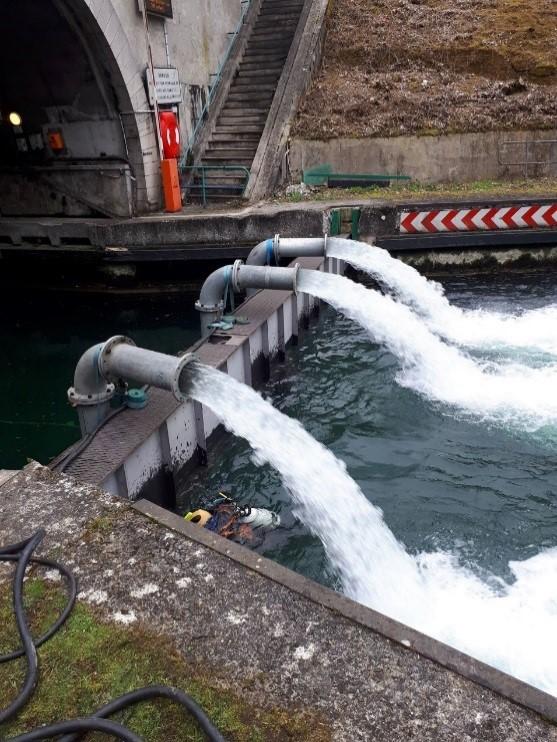 L'abaissement du niveau d'eau d'un canal long de 4350 mètres.